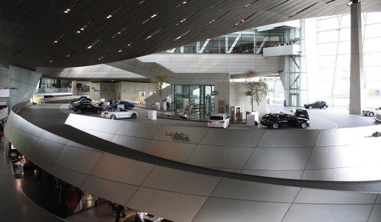 BMW Welt: toma del centro de exhibiciones por dentro
