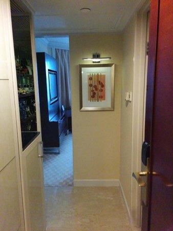 JW Marriott Hotel Hong Kong: Zig zag entry? lol. pretty small corridor