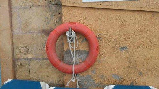 Club Santa Ponsa: tutto il muro intorno alla piscina va a pezzi!