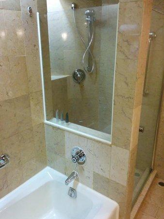 JW Marriott Hotel Hong Kong: Bath tub