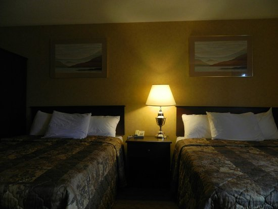 Canadas Best Value Inn Trenton: Room with two queen beds