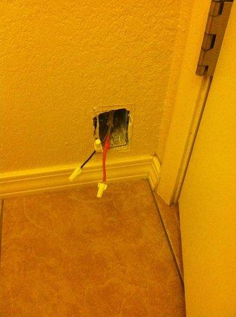 Dine Inn Motel: Exposed wires behind door in bathroom