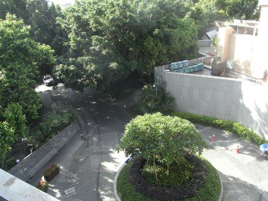 Ascott Maillen Shenzhen: Entrance road veiwed from our balcony