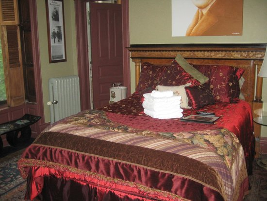 Welcome Inn Manor Bed & Breakfast: Bedroom with extras