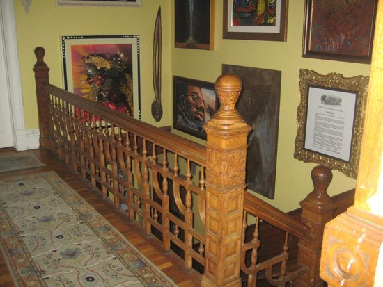 Welcome Inn Manor Bed & Breakfast: Decorated stairway with art