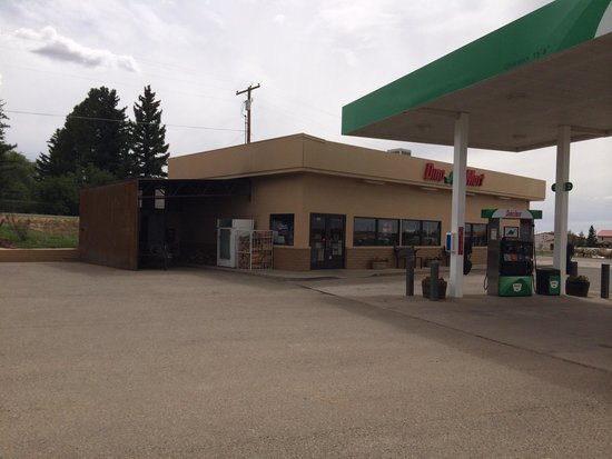 Dove Creek, CO: Smoker to the left of the gas station.