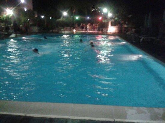 Residence Le Magnolie : la piscina di notte