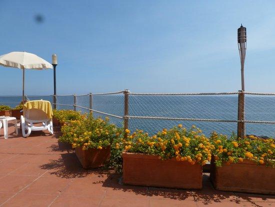 Grand Hotel Baia Verde: vue sur la mer depuis la chaise longue