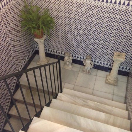 Pension Virgen de la Luz: Staircase from the lobby to the 2nd floor