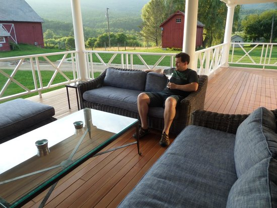 Hill Farm Inn : Porch sitting area