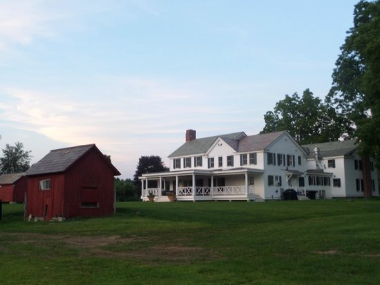Hill Farm Inn: View of the hotel from the fire pit