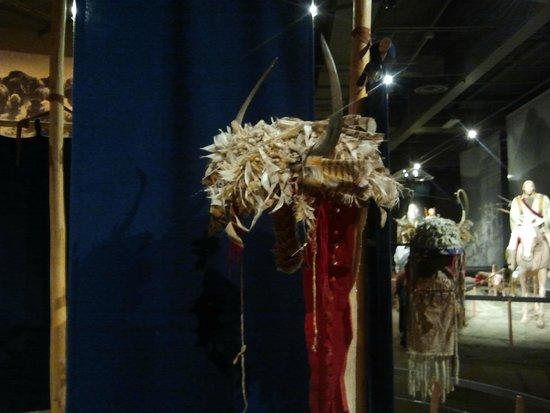 Museum of the Plains Indian: Casco con plumas