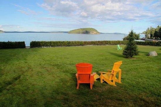 Balance Rock Inn: Front lawn