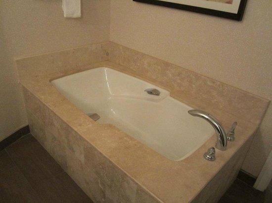 Omni Tucson National Resort : huge tub!