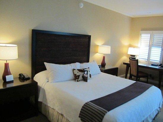 Omni Tucson National Resort : bed and desk
