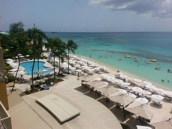 Grand Cayman Marriott Beach Resort: The view to the left from our balcony, looking toward Georgetown