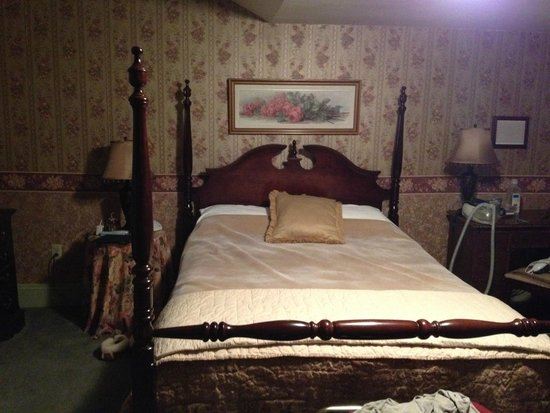 Tea Kettle Inn Bed & Breakfast: Bed in Avonlea Room (with comforter turned down)