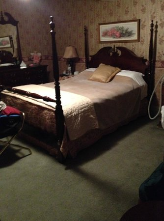 Tea Kettle Inn Bed & Breakfast: Bed & dresser - Avonlea room