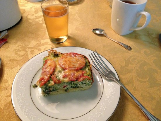 Tea Kettle Inn Bed & Breakfast: Egg/veggie bake with garden tomatoes