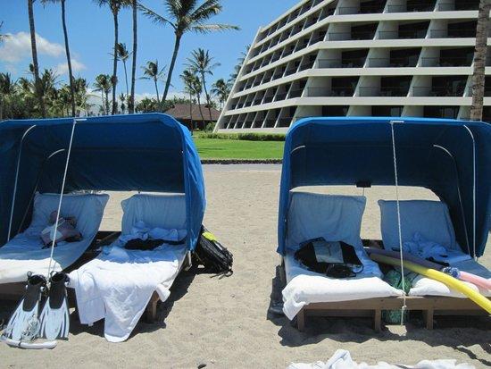Mauna Lani Bay Hotel & Bungalows : Beach Chairs and Hotel