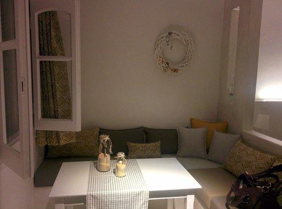Anatoli Luxury Studios & Suites: Καθιστικο του studio
