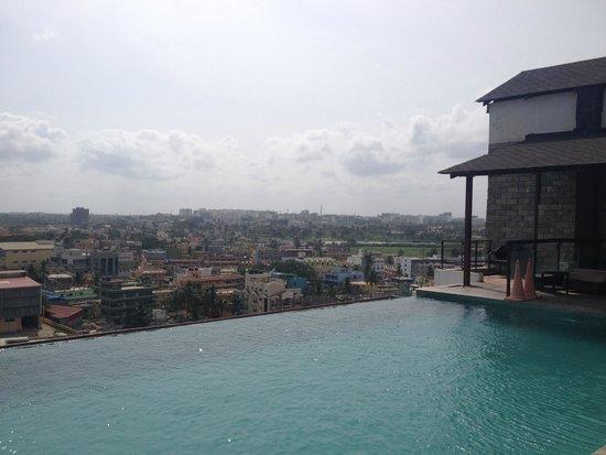Sai Vishram Business Hotel: Infinity Pool on the Roof of Sai Vishram!