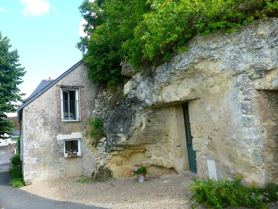 Maison Melrose : Another view from side of house of upstairs and main floor bedroom windows