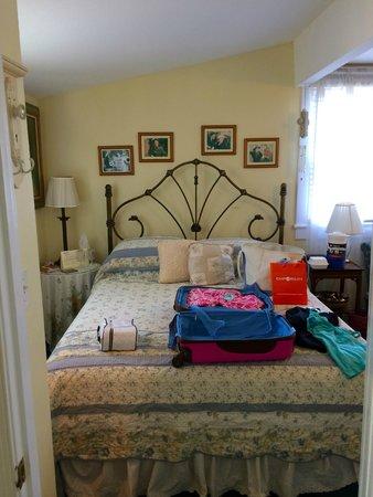 Bewitched & BEDazzled Bed & Breakfast: Aunt Clara bedroom