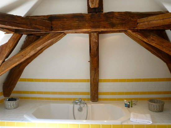 Maison Melrose : Beams in master bathroom above large tub