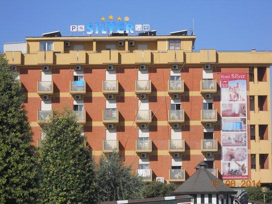 Silver Hotel: l'hotel visto dalla spiaggia