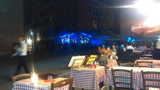 Ristorante Pizzeria Ai Sportivi: vista da praça e mesas externas