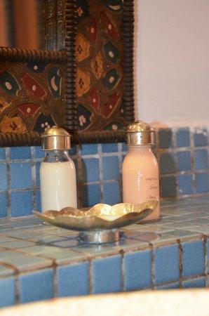 Dar Naima: cosmétique dans la salle de bain