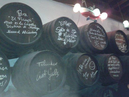 """le botti con le firme dei personaggi famosi passati da """"el pimpi"""""""