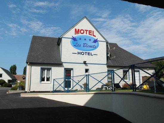 Motel Les Bleuets : La reception dal cortile interno