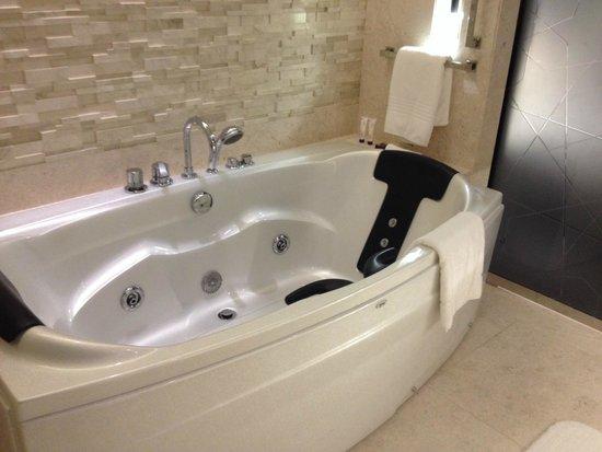 Le Meridien Dubai Hotel & Conference Centre : Jaccuzzi tub