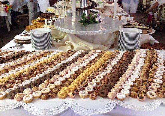 Le Acacie Hotel & Residence: Un assaggio del buffet di dolci...
