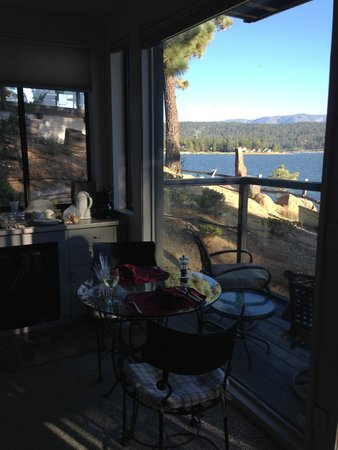 Windy Point Inn: From Shores suite with private deck as well as indoor dining