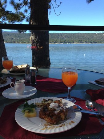 Windy Point Inn: Breakfast on the deck!