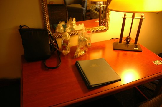 1863 Inn of Gettysburg: welcome kits on the desk
