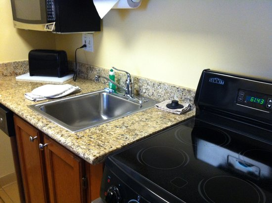 TownePlace Suites Cleveland Westlake : Kitchen