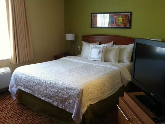 TownePlace Suites Cleveland Westlake : Queen bed. TV swiveled toward sofa and bed.