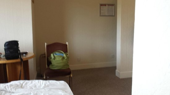 Royal Hotel: Room sparsely furnished and poor old tired decoration