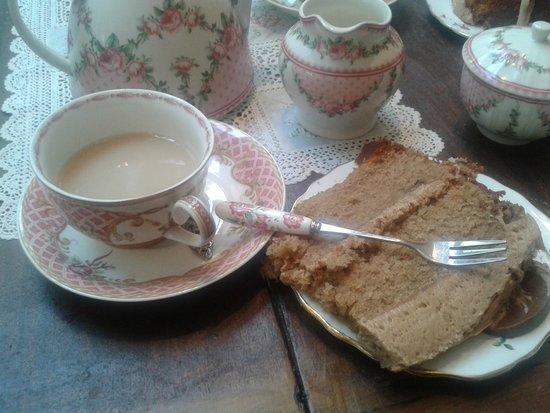 Cinnamon Sticks Vintage Shop and Tea Room : cake and tea