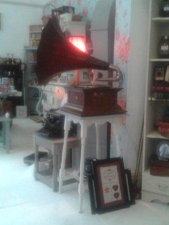 Cinnamon Sticks Vintage Shop and Tea Room : inside