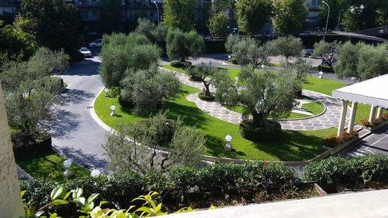 Rome Cavalieri, Waldorf Astoria Hotels & Resorts : Front courtyard