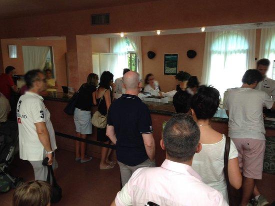 Club Valtur Garden: Lunga fila per il check-in con personale molto affaticato