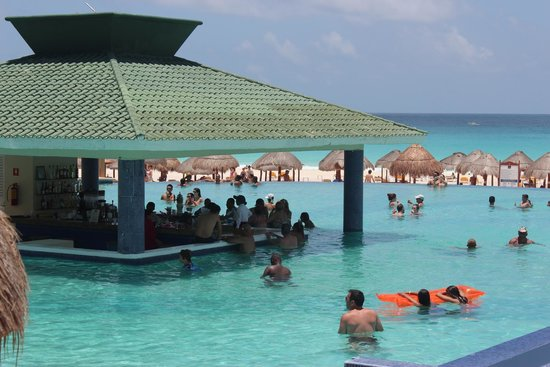 Iberostar Cancun : Main Pool and Swim up Bar