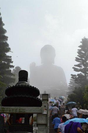 Grand Bouddha : Buddha behind some fog