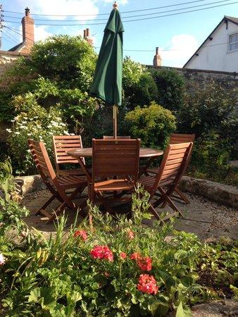 The Old Bakehousei: Sunny courtyard garden