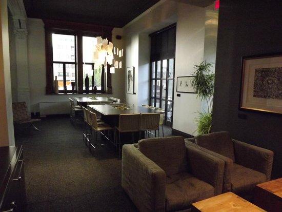 Hotel Le Germain Quebec: la lounge, il salottino ed il tavolo riunioni